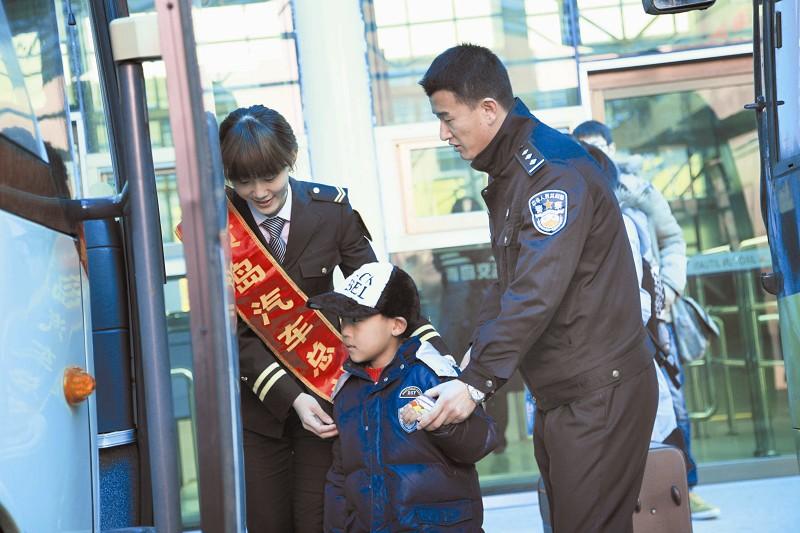 图为车站工作人员和长江路派出所民警将7岁的吴佳骏