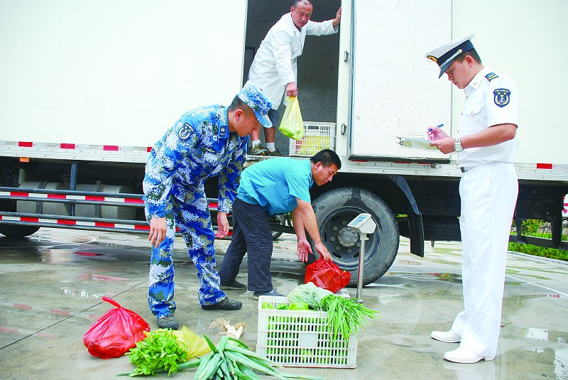 蔬菜和肉蛋是部队官兵日常生活必不可少的食品,由于特殊原因的限制,让官兵每天吃上新鲜的蔬菜并不是一件容易的事。然而,青岛某部队保障基地的战士们却享受到了这样的待遇。7月30日一大早,青岛盛客隆有限公司像往常一样送来了蔬菜和肉蛋,保障了这些最可爱的人的生活需求。   每天7点半蔬菜必送到   7月30日早上7点半,三辆载有蔬菜的大卡车陆续来到青岛某保障基地,为这里的部队官兵送来新鲜的蔬菜。据了解,送菜的企业是青岛盛客隆有限公司,从2012年4月开始,该公司开始承担军供食品的工作,为基地提供日常和特殊需