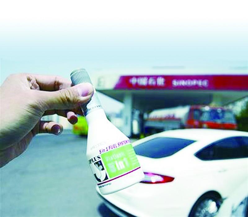 师傅,买个燃油宝吧,非常省油,现在汽油这么贵,拿一个,我帮您加到油箱里吧!汽油价格虽然已破7,但是记者到加油站加油仍然听到这样热情的介绍。   在开车成本日益上涨之时,这些据说是可节省燃油、提升动力的燃油宝难免令人心动,不过有车主对此心生疑窦:这种燃油宝,真的那么好?近日,记者进行了一番探访。   加油站神吹海侃   在钱塘江路一家中石化加油站,市民薛先生加油时,就碰到了类似推荐。薛先生告诉记者,这些燃油宝产品在包装上介绍能够促燃烧、节能源、净尾气、清油路,而在成分标注中则写着多种有