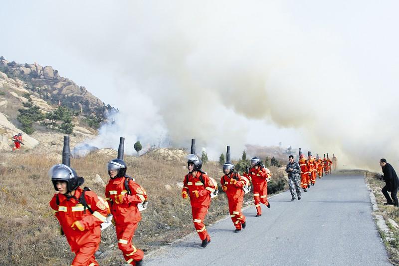 丁大千丁 炜报道   11月21日,青岛市(暨黄岛区)森林防火应急救援实战演练在黄岛区大珠山举行。演练开始后,黄岛区森林防火指挥部接到报警立即启动应急预案,350名专业森林消防队员迅速支援,经过半小时,火灾被成功扑灭。   据了解,新区先后建立了近30支专业灭火队伍,并配备了1599台灭火机及114台高压水泵,森林火灾预防和控制能力显著增强。
