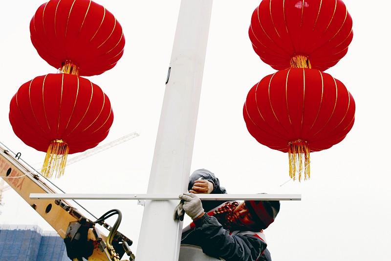 挂起红灯笼喜庆迎新年