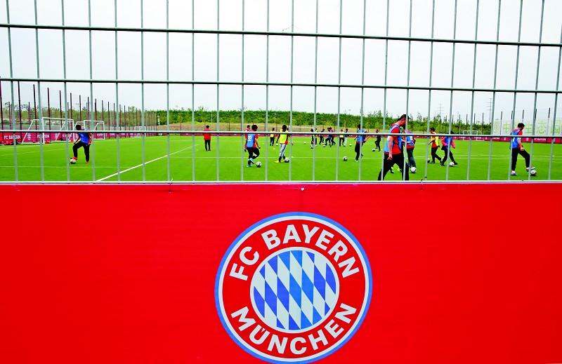 在中德生态园德国足球亚洲基地接受拜仁青训教练的基础培训和进阶培训